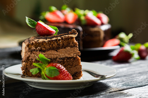 Foto Chocolate cake with fresh strawberries