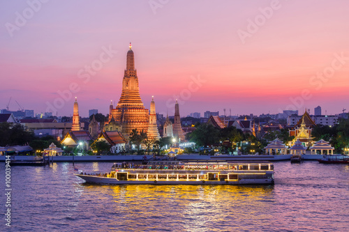 Photo Stands Bangkok Wat Arun and cruise ship in night ,Bangkok city ,Thailand