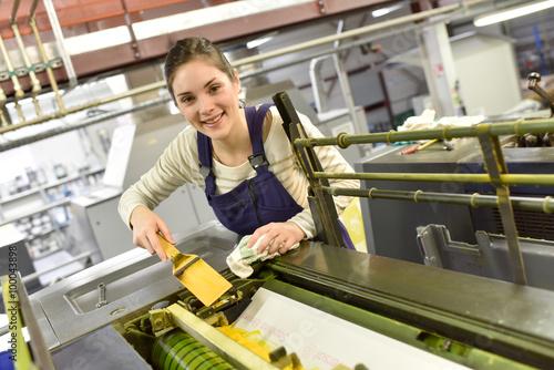 Fotografía  Mujer en imprenta máquina de preparación