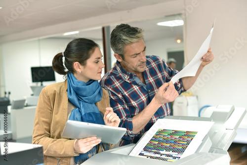 Cuadros en Lienzo Client in printshop controlling work before final printing