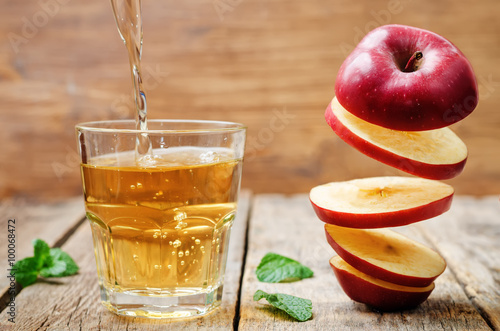 Cadres-photo bureau Jus, Sirop flying slices of apple and apple juice