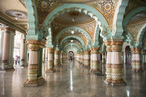 Fotografie, Obraz  Interior del Palacio Real de Mysore, india. Arcos azules.
