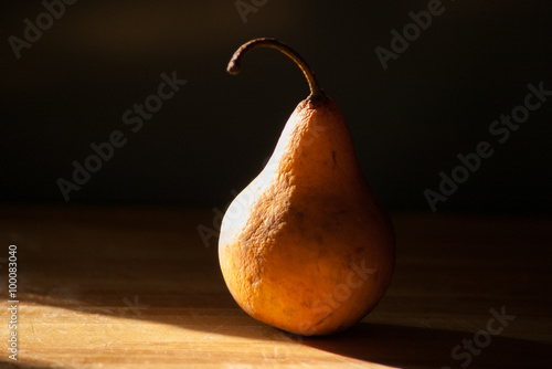 fototapeta na szkło Chiarruscuro pear in afternoon sun