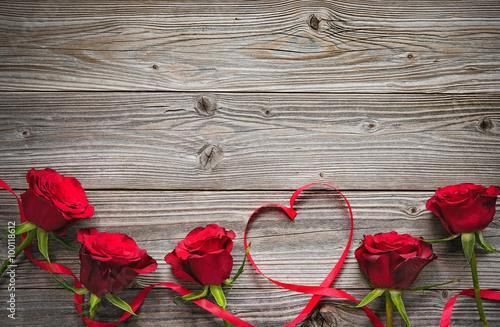 Fotografie, Obraz  Red roses on wooden board
