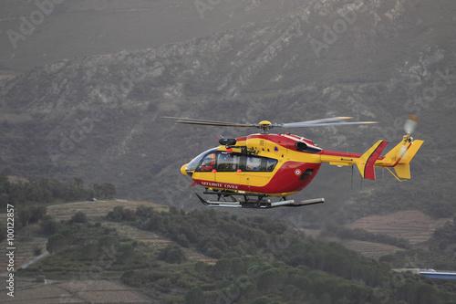 fototapeta na lodówkę Hélicoptère de la Sécurité Civile Hélicoptère en vol