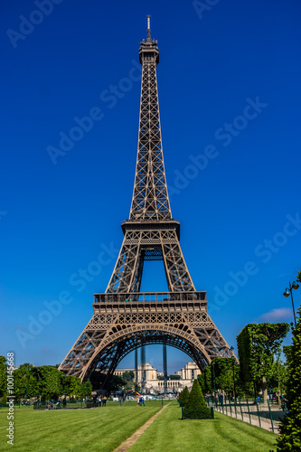 Foto  Tour Eiffel (Eiffel Tower) located on Champ de Mars in Paris.