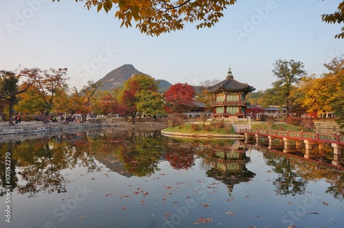 Foto op Canvas Seoel Fall colors at the Hyangwon Jeong Pavillion at the Gyeongbokgung Palace in Seoul, South Korea