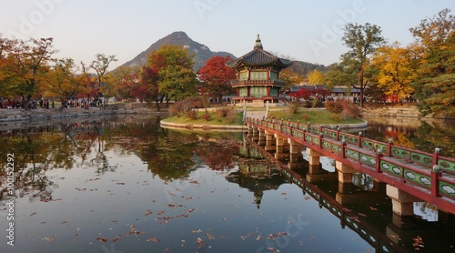Tuinposter Seoel Fall colors at the Hyangwon Jeong Pavillion at the Gyeongbokgung Palace in Seoul, South Korea