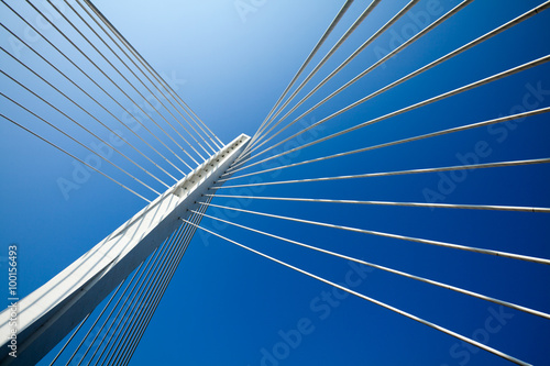 Poster Brug Wonderful white bridge structure over clear blue sky