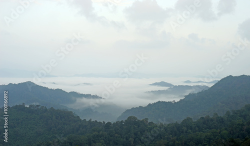 Fotografía misty mountain hills landscape, layers of mountains with fog