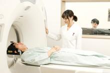検査を行う女性放射線技師と男性患者