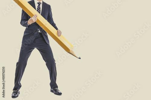 Fotografía  大きな鉛筆を持っているスーツのビジネスマン,全身