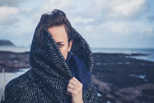 Fotografía  Woman with hood on beach