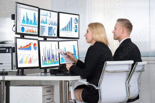 Fotografia  Financial Analysts Using Computers In Office