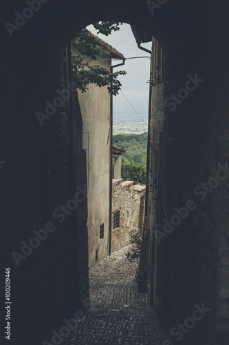 In de dag Smal steegje Narrow streets of the medieval village of Spello in Umbria (Italy)