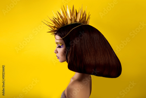 Photo The avantaged portrait girl with an unusual make up , Portrait on a yellow backg