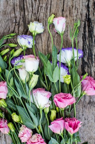 Foto-Lamellen (Lamellen ohne Schiene) - Lisianthus bouquet on a wooden table (von Boyarkina Marina)