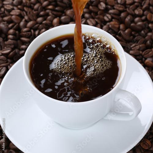 Wall Murals Cafe Heißen frischer Kaffee eingießen in Kaffeetasse