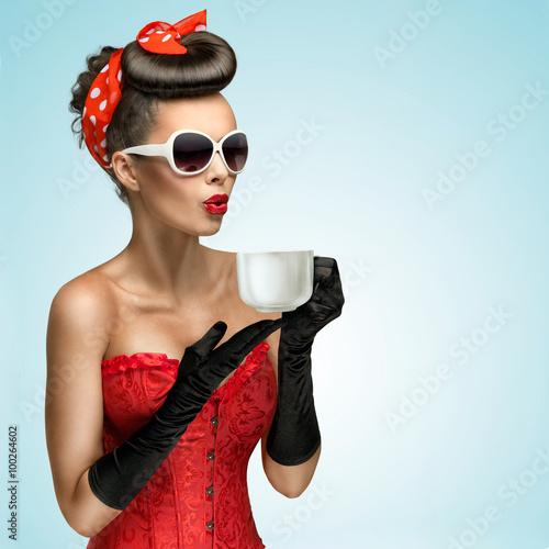 gorace-napoje-trzy-czwarte-portret-uroczej-dziewczyny-pinup-w-stylu-vintage-rekawiczki-i-czerwona
