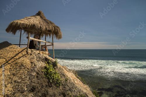 Photo  White caucasian girl relaxing in the gazebo near ocean