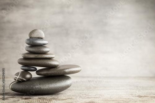 masaz-kamieniami-w-formie-piramidy