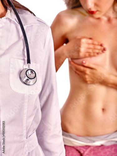 doktorski-mammolog-i-nagi-kobieta-pacjent-na-tle-odizolowywajacym
