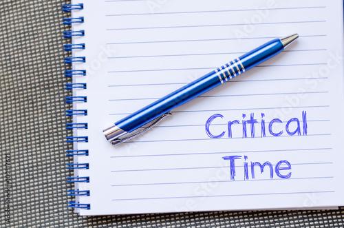 Fotografía  Critical time write on notebook