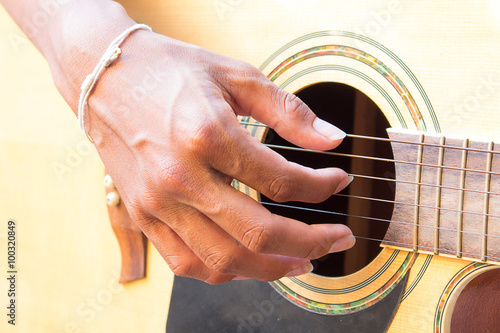 Photo  Guitarist hand playing acoustic guitar