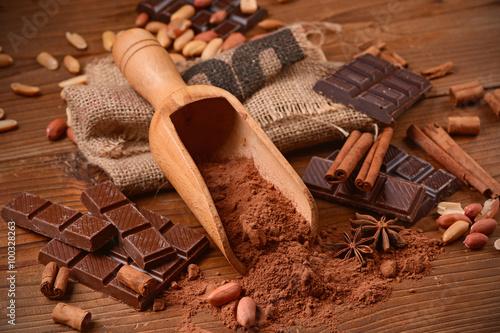 Fotografía  cacao in polvere sul tavolo di legno