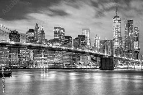 Tuinposter New York Manhattan and Brooklyn Bridge black and white, New York