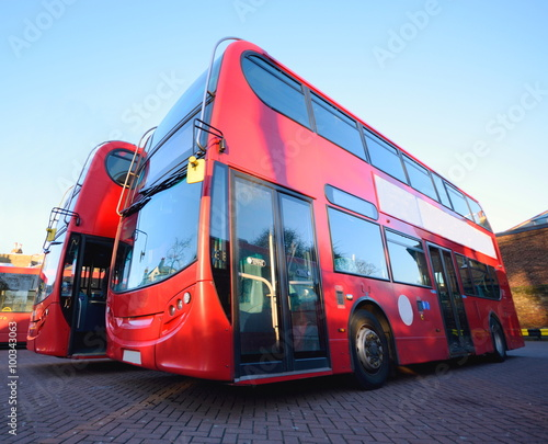 Poster Londres bus rouge Red double decker buses parked at station