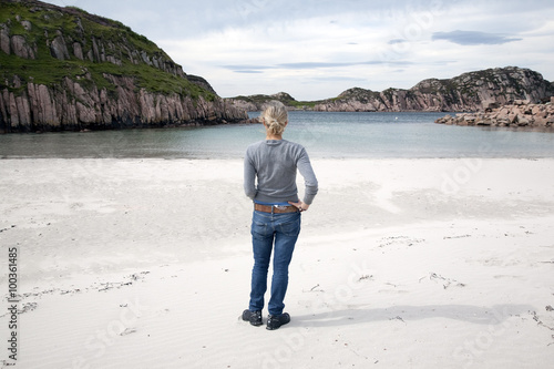 Fotografía Young Woman on Beach at Fionnphort, Isle of Mull, Scotland, UK