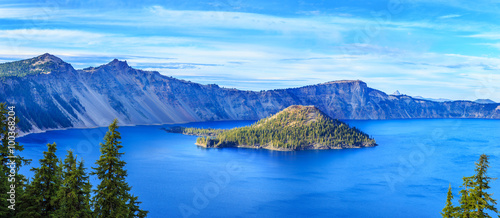 Photo Stands Lake Crater Lake National Park in Oregon, USA