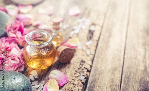 Fotografía  Massage oil, petals flowers and zen stones.