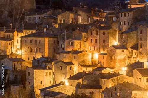 noc-panorama-etruskiego-sredniowiecznego-miasta-w-toskanii-sorano