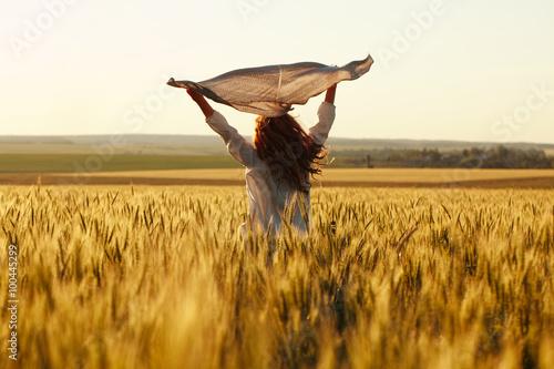 Fotografía  Happy woman with a scarf in the field