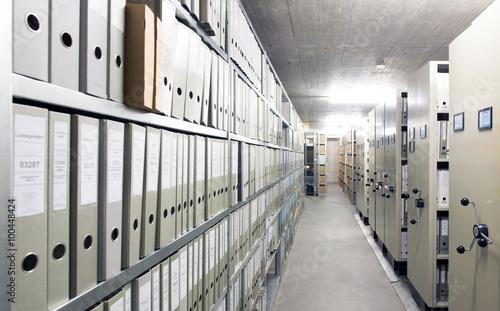 Fotografía  Archiv einer Firma mit Regalen voller Aktenordner.
