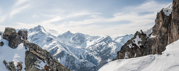 Panel Szklany Panoramic view of the mountains / A panoramic view on Alps winter mountains, Les 2 Alpes, France