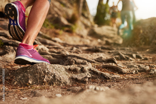 Foto  Athleten-Sportschuhe auf einem Feldweg.