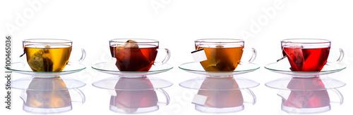filizanki-herbaty-z-torbami-na-bialym-tle