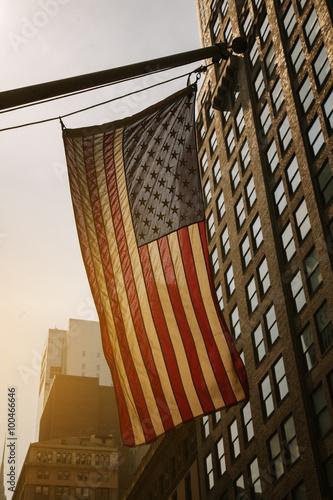In de dag Stad gebouw US Flag at Sunset