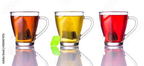 trzy-rodzaje-herbaty-w-kubkach-na-bialym-tle