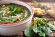 Arrangement mit gekochten und rohen Spinat