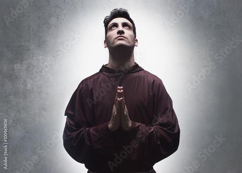 Fotografia, Obraz young friar praying