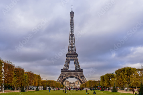Staande foto Parijs Eiffel tower in Paris with autumn colors and wide angle central perspective.