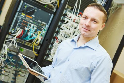 Foto Netzwerk-Ingenieur Admin in Rechenzentrum