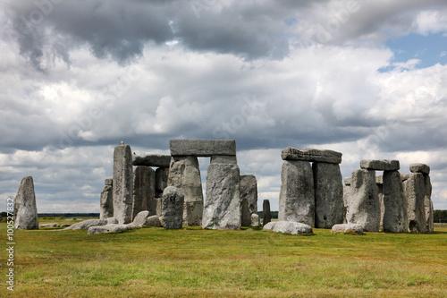 Foto op Aluminium Rudnes Stonehenge historic site on green grass under blue sky. Stonehen