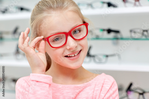 Fényképezés  little girl in glasses at optics store