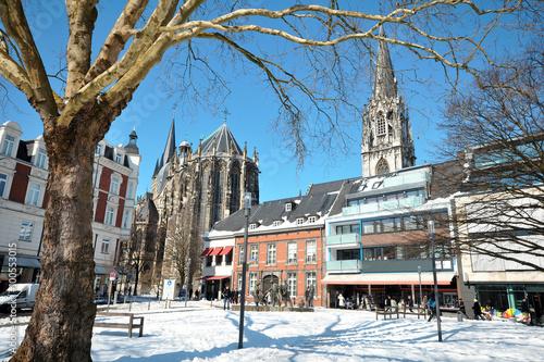 Foto op Canvas Drawn Street cafe Aachener Dom und St. Foillan im Winter mit Schnee