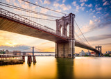 Brooklyn Bridge rano w Nowym Jorku, USA. - 100572686